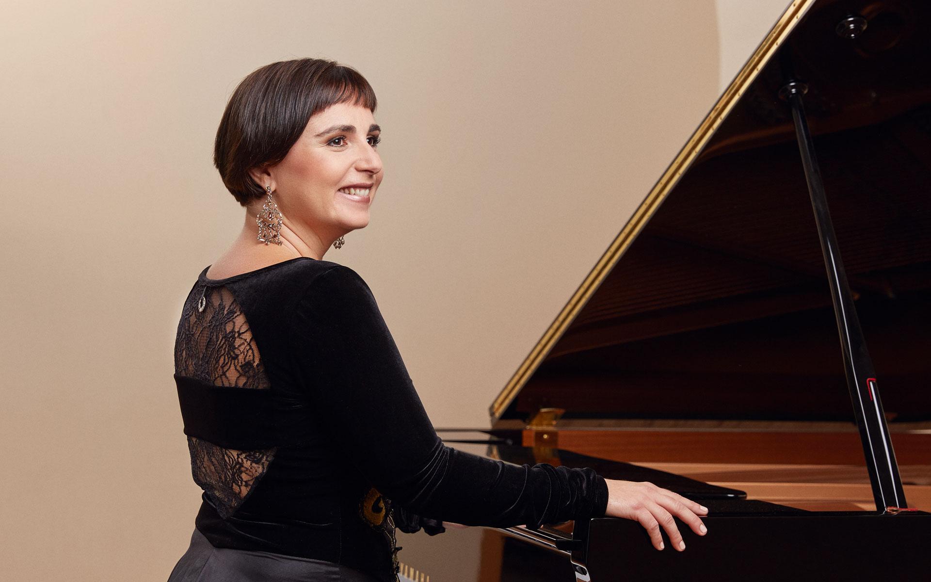 Frau Pavlovic spielt Klavier