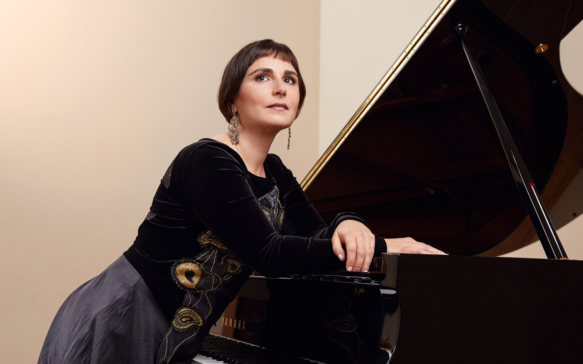Natali Pavlovic lehnt sich auf ihr Klavier