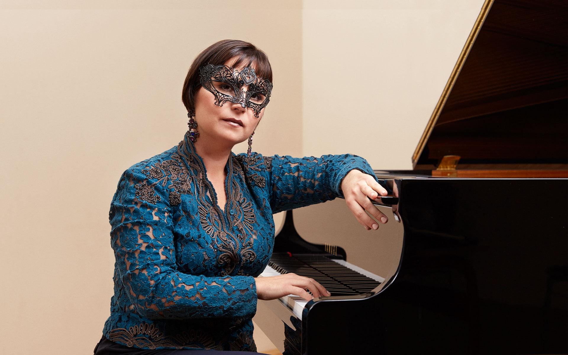 Frau Pavlovic mit Maske am Klavier